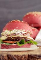 Hamburguesa con pan de remolacha