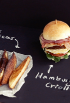 Pizarra con hamburguesa criolla