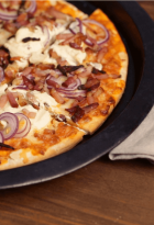 Pizza con cebolla colorada